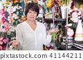 Customer in flower shop 41144211