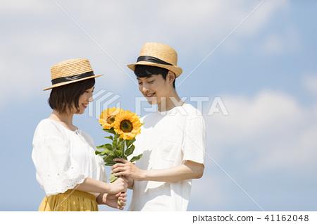 一对夫妇与鲜花 41162048