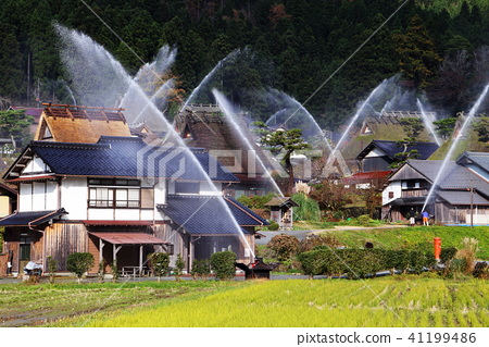 Simultaneous water discharge 41199486