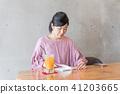 카페에서 보내는 여성 41203665