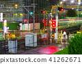 在Akishima駐地附近的平交道口在雨 41262671