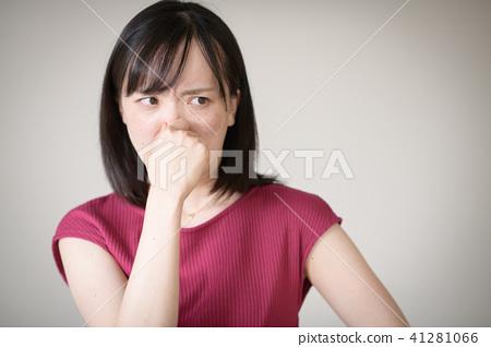 一個年輕的日本女人,聞到並嗅到他的鼻子 41281066