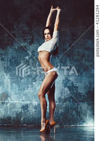 Slim woman 41281264