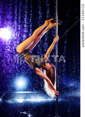 Woman pole dancing 41289128