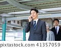 역의 플랫폼을 걷는 사업가 중견 사원 비즈니스 이미지 41357059