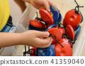 มือเด็กพร้อมลูกเปตอง 41359040