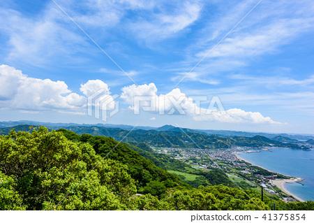 ท้องฟ้าเป็นสีฟ้า,พืชสีเขียว,วิวเมือง 41375854