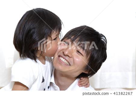 어린 딸 키스하는 아버지 행복한 가족 장면 41382267