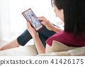 방에서 스마트 폰을 보는 젊은 여성 41426175