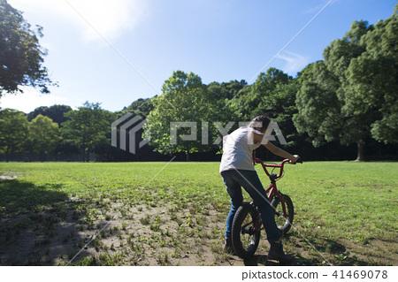 자전거로 노는 소녀 41469078