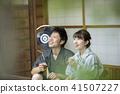 고민가 툇마루에서 대화를하는 부부 커플 진베 유카타 41507227