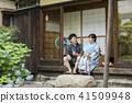 一對夫婦在一個古老的私人住宅Jinpei Yukata旁邊談話 41509948