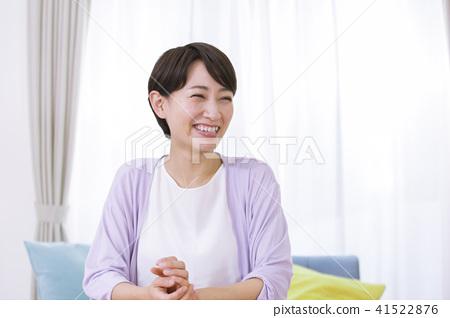 一個女人在她30歲的女性在客廳裡放鬆 41522876