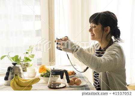 成熟的女人 一個年輕成年女性 女生 41537052