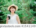 外面喝冰的咖啡的婦女 41541149
