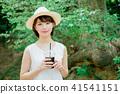 外面喝冰的咖啡的婦女 41541151