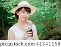 外面喝冰的咖啡的婦女 41541156