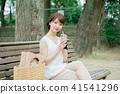 喝在長凳的婦女被冰的咖啡 41541296