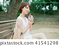 喝在長凳的婦女被冰的咖啡 41541298