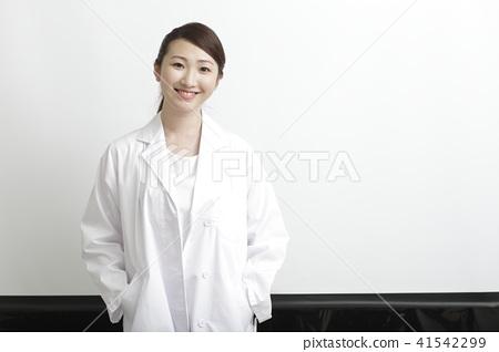 Female doctor image 41542299