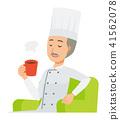 一位穿著廚師衣服的老廚師坐在沙發上,喝著咖啡 41562078
