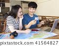 計劃海外旅行的年輕夫婦 41564827