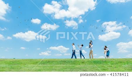 세 가족, 푸른 하늘, 목말 산책 41578411