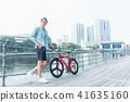 젊은 남성 크로스 자전거 도시 41635160