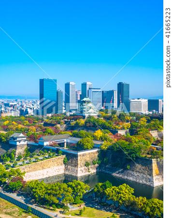 在秋天和摩天大楼大厦的大阪城堡 41665223