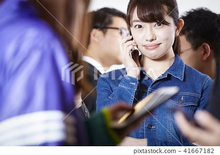 女性朋友智能手機 41667182