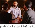 酒吧里的外国工人 41695533