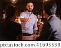 酒吧里的外国工人 41695539