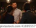 酒吧里的外国工人 41695557