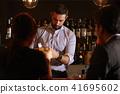 酒吧里的外国工人 41695602