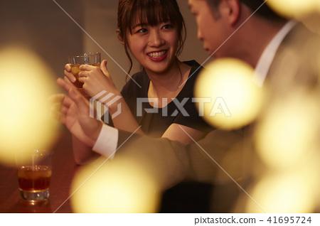 男人和女人在酒吧喝酒 41695724