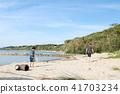 해변에서 쓰레기 줍기를하는 부모와 자식 41703234