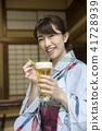 ผู้หญิงในชุดยูกาตะกับเบียร์ที่บ้านส่วนตัวเก่า 41728939