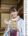 一個yukata的一名婦女用在一個老私有房子的啤酒 41730353