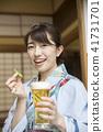 一個yukata的一名婦女用在一個老私有房子的啤酒 41731701