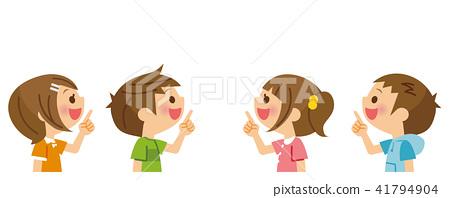 孩子們指著上面帶著微笑 41794904
