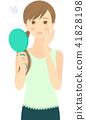 一個看著手鏡的困惑的女人 41828198
