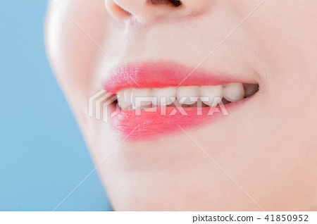 close up woman tooth 41850952