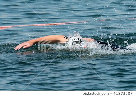 在鐵人三項比賽期間游泳 41873307