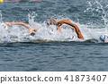 鐵人三項比賽運動員參加游泳比賽 41873407