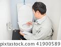 화장실을 검사하는 남자 41900589