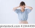 耳朵 按下 一個年輕成年女性 41944499