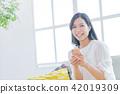 젊은 여성, 초상화, 스마트 폰 42019309