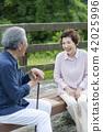 走在公園的一對老夫婦 42025996