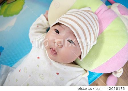 볼살이 통통하고 건강한 아기 42036176
