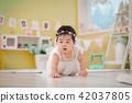 10個月嬰兒穿著漂亮的白色連衣裙 42037805